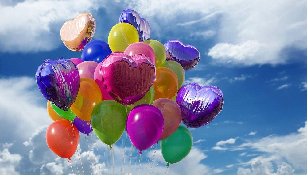 осъзнатост, балони с хелий летят сред облаците високо в небето