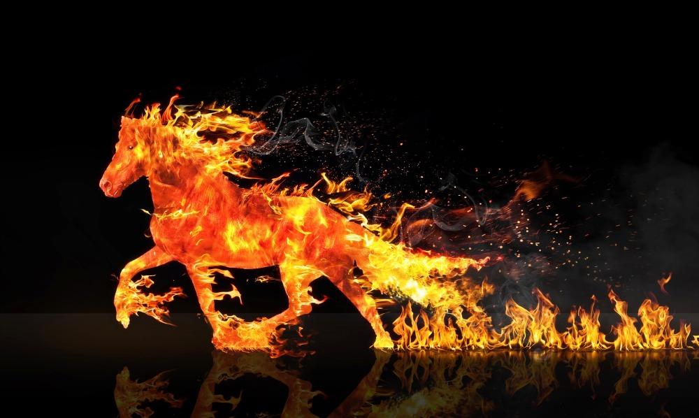 огнен кон препуска, зад него се виждат огнени дири, нощ, звездно небе