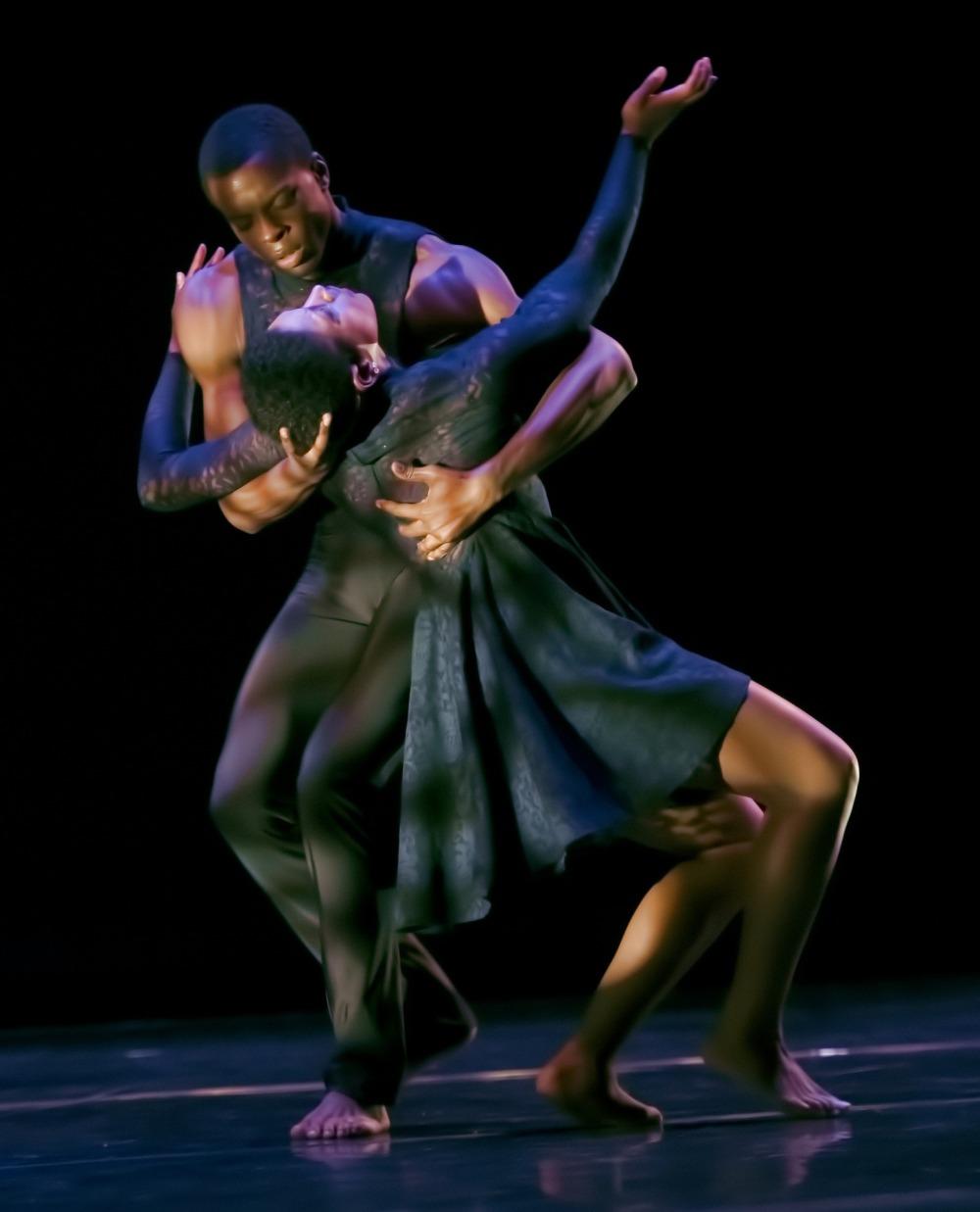 танц на сцената, двойка мъж и жена с африкански произход, мъжът поддържа дамата, жената е разперила широко ръце