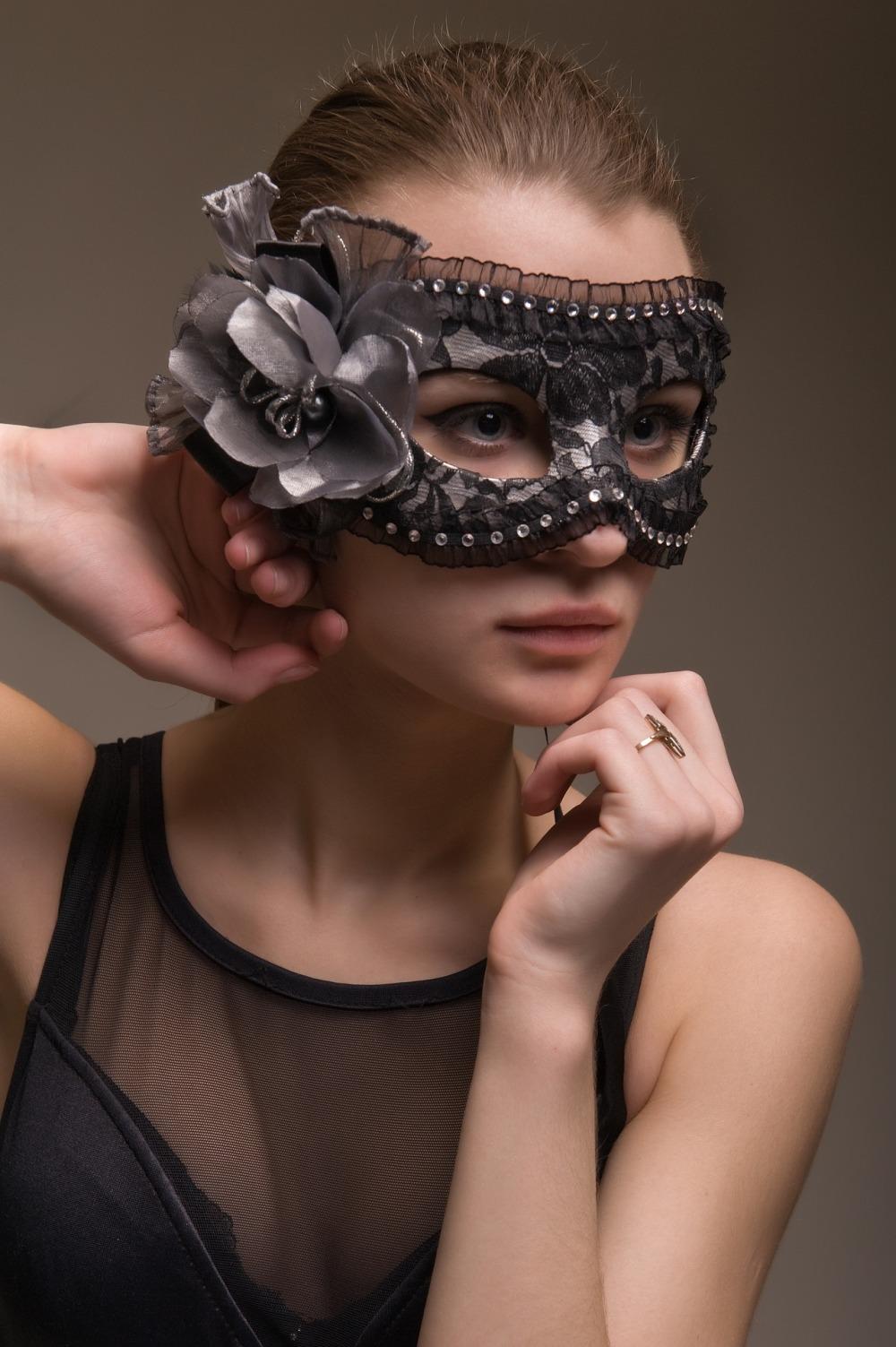 маскирано-лице-на-жена-с-маска-от-черен-тюл-и-дантела