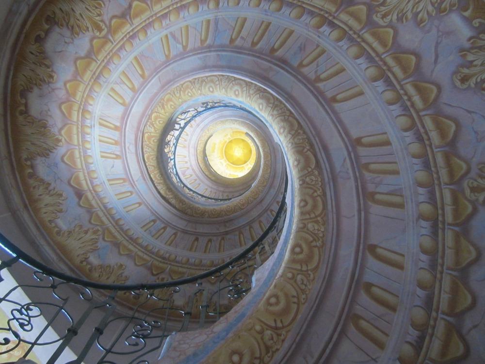 спирала, стълбище в катедрала, изписани перила и тавани в Ренесансов стил, перила от ковано желязо в черен цвят