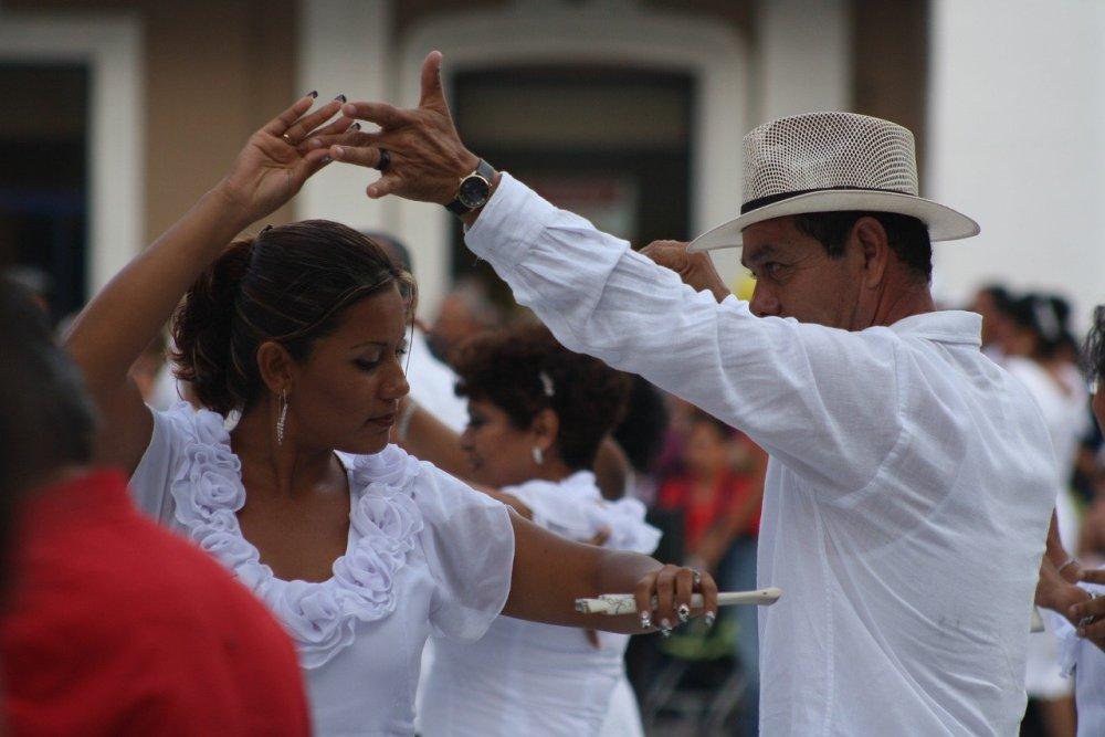 танци в Куба, мъж и жена, танцуваща двойка, облечена в бяло, празник