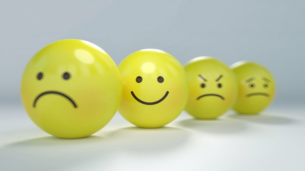 четири различни настроения, четири жълти емотикони, усмивка, гневно лице, ядосано лице, недоволно лице