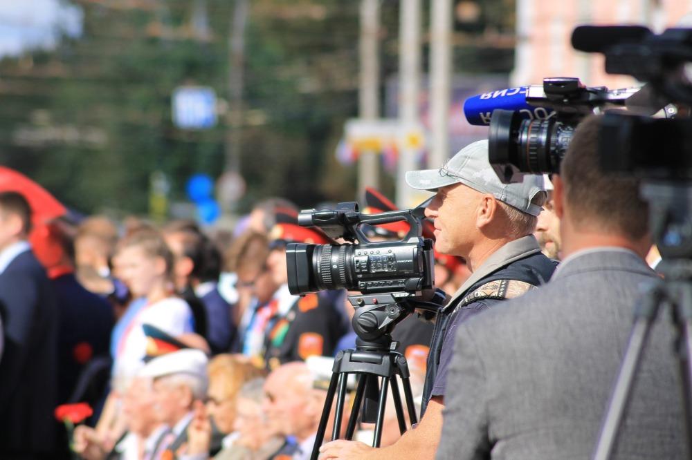 репортери на мястото на събитието, журналисти в очакване на интервюта, събитие, много хора, знаменитости, камери и микрофони
