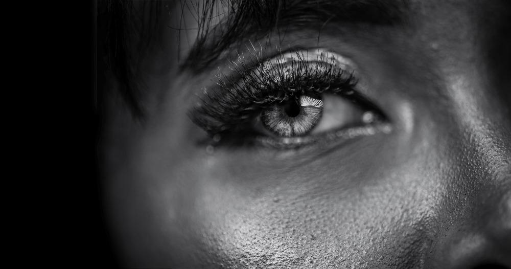 Близък план на синъо женско око. Жена с влажна кожа. Замислен поглед.