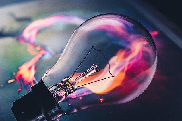 електрическа крушка, която свети в оранжево-виолетови нюанси