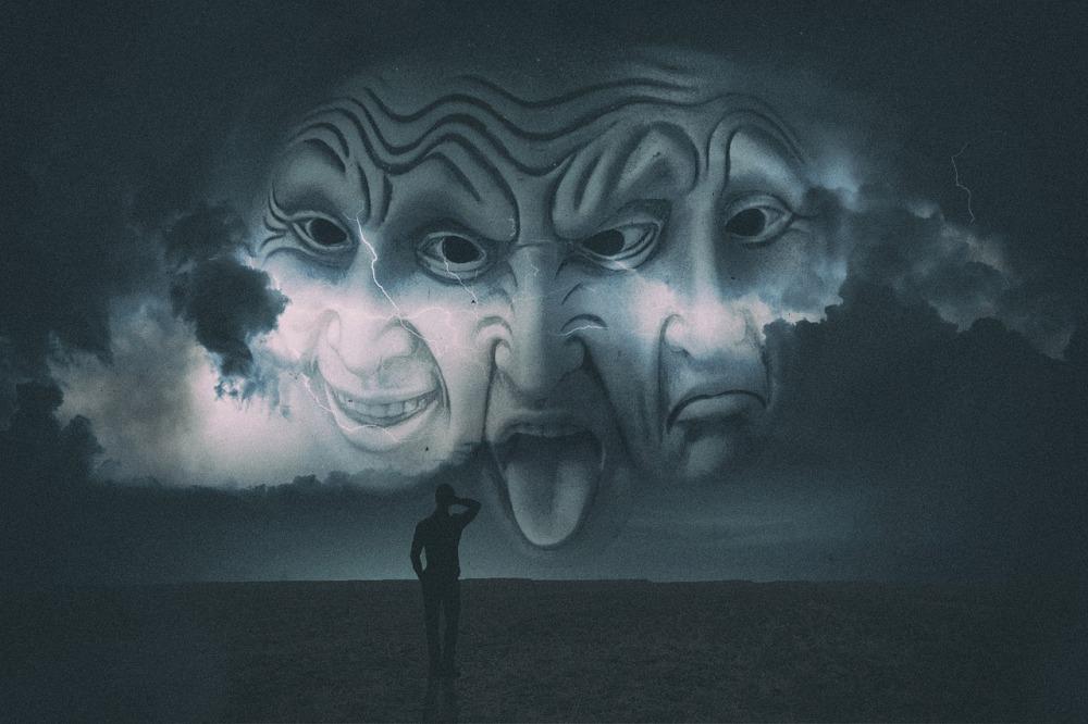 мрачна картина в черно и тъмносиво, три човешки лица с грозни физиономии са се втренчили в един мъжки силует пред тях, небето е в тъмни облаци и пронизано от светкавици