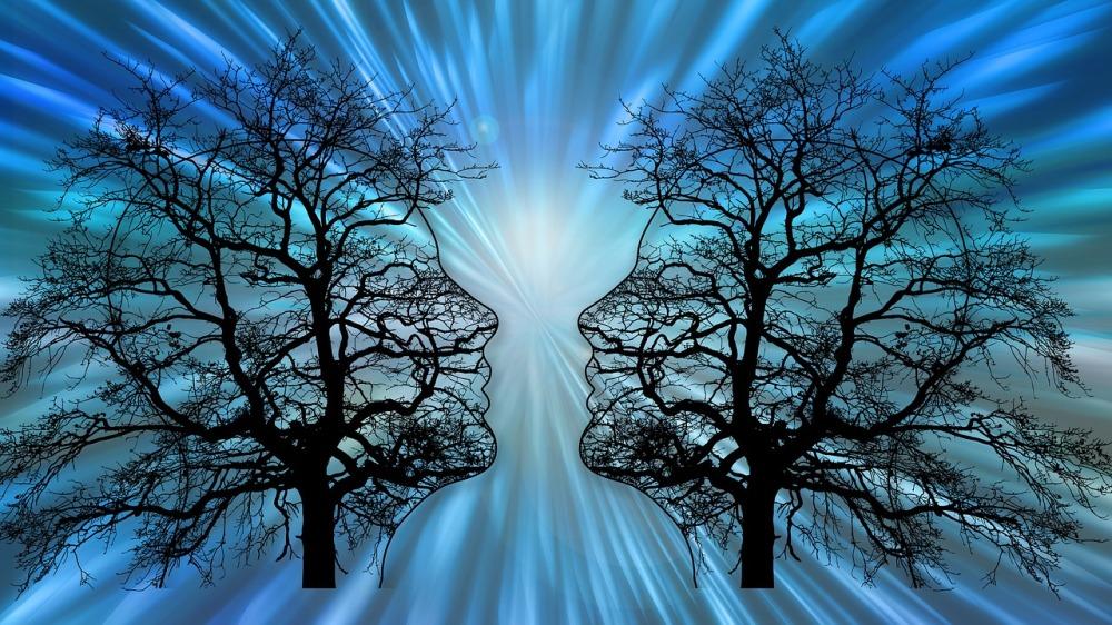 две човешки лица в профил на фона на големи дървета с широки разклонения на фона на силна и ослепителна бяло-синкава светлина