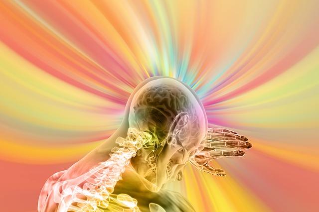 облян в светлини в пастелни тонове човешки скелет, който предпазва очите си от силното сияние